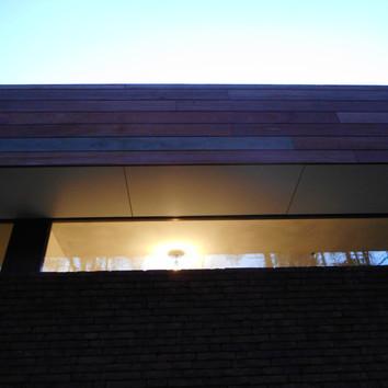 Dakrand buiten en plafond binnen liggen in 1 vlak, waardoor het plafond binnen lijkt door te lopen naar buiten.