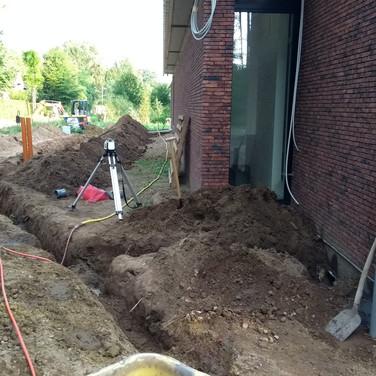 Ook bij deze werken is de bouwlaser een belangrijk hulpmiddel. Enkel zo weet je of alles op het juiste niveau zit.