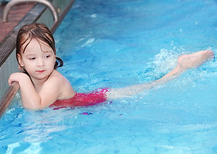 Natación niña en la piscina