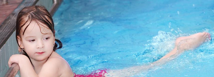 女孩游泳在游泳池