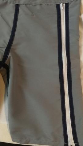 Detalle zipper de pantaloneta con abertura total