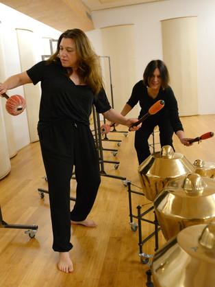 Met ensemble leider Tatiana Koleva de instrumenten uitproberen