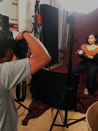 Zangeres Bernadeta Astari wordt in de studio van Hans Thé gefotografeerd voor de flyer en poster