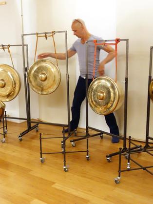 De opstelling van de gongs uitproberen