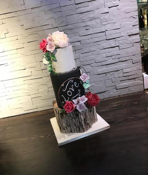 Wood effect chalkboard wedding cake.jpg