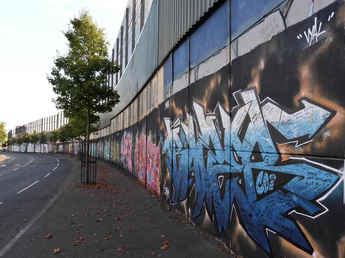 Graffiti on the Cupar Way wall.jpg
