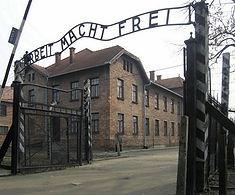 Eingangstor_des_KZ_Auschwitz_Arbeit_mach