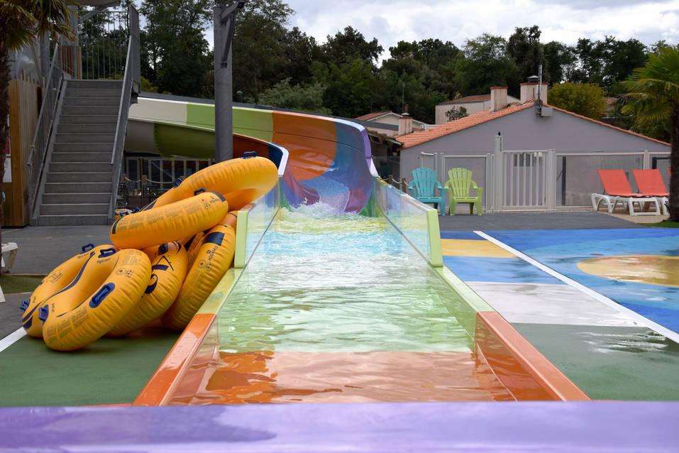 Une arrivée de toboggan aquatique haute en couleur