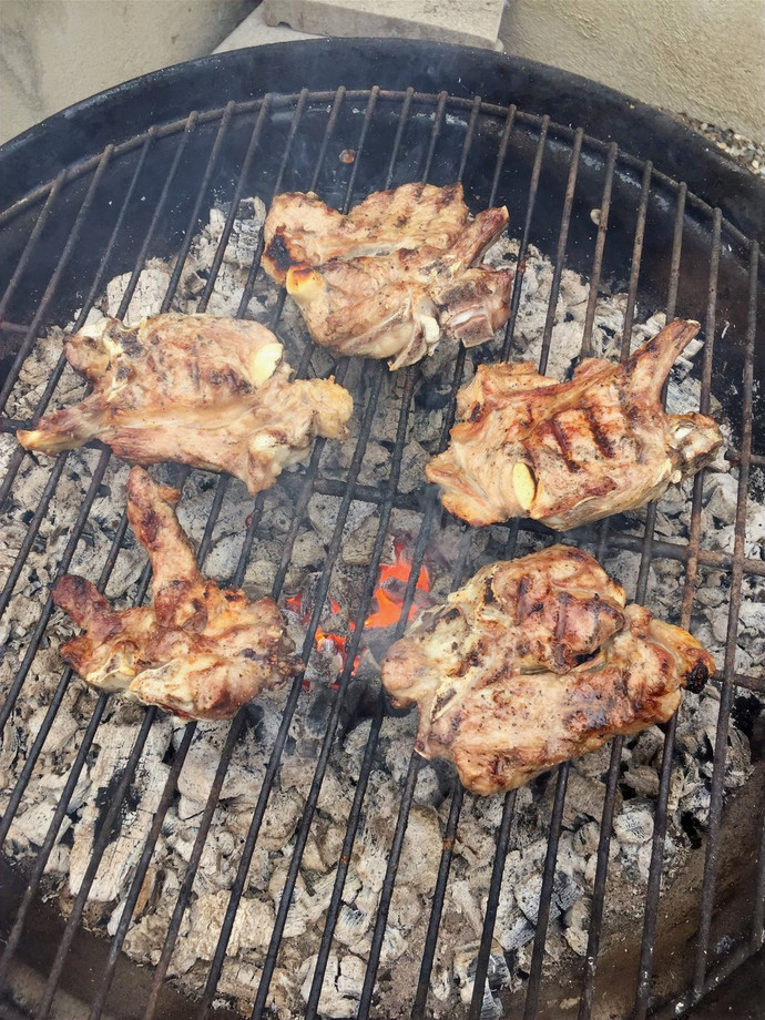 Recette de Pâques   Côtelettes d'agneau, mousserons des prés, carottes et pommes de terre rôties au