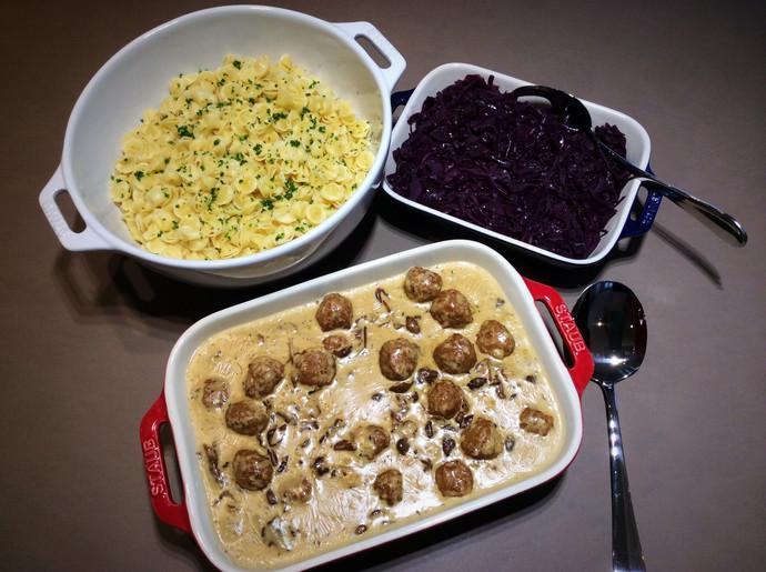 Boulettes de bœuf et mélange forestier, accompagnées de choux rouge et pâtes fraîches pour 6 personn