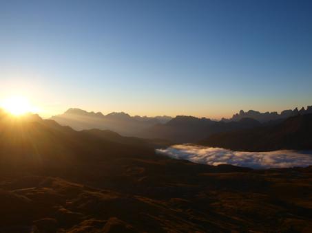 Sonnenaufgang von der Berghütte Passo delle Selle