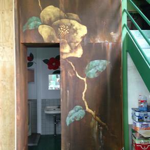 株式会社椿や/工場内壁 ベニヤにエージング塗装