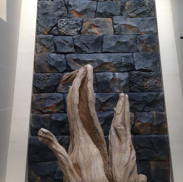 ホテル内/滝風擬岩・擬木