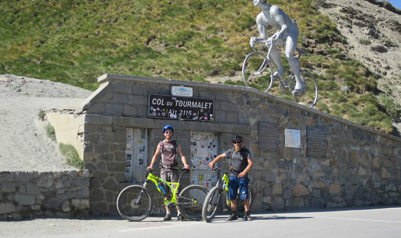 Au sommet du Col du Tourmalet en VTTAE