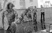 nicht nur die gäutschlinge wurden nass. nasser packer steigt aus dem wasser.