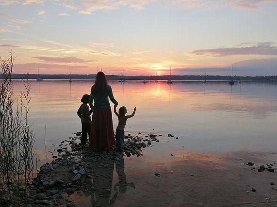 Meine Kinder und ich an unserem See.jpg