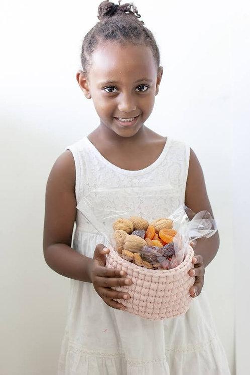 סלסלה עם אגוזים ופירות יבשים