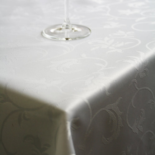 T70 White Scalloped Oval Tabelcloth