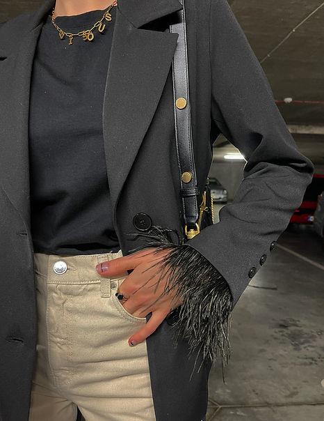 Agapes Wear vienbortis švarkas su nuimamomis plunksnomis