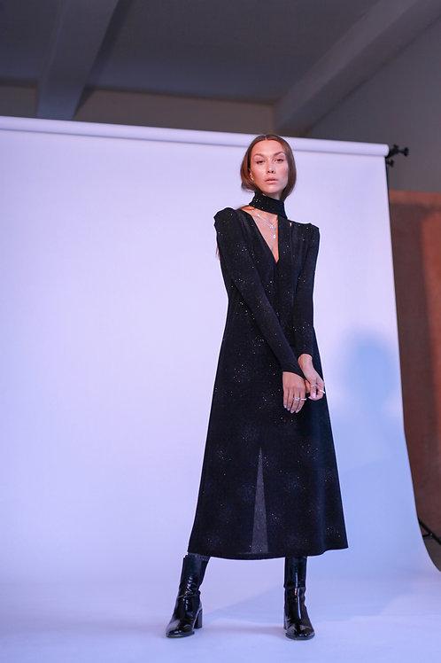 Vienbortis juodos spalvos švarkas su plunksnomis + Juoda glossy suknelė
