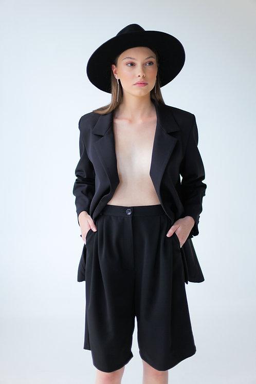 Vienbortis juodos spalvos švarkas su plunksnomis + Bermud šortai