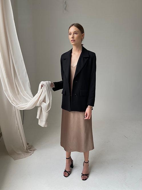 Vienbortis juodos spalvos švarkas su plunksnomis + Slip dress suknelė