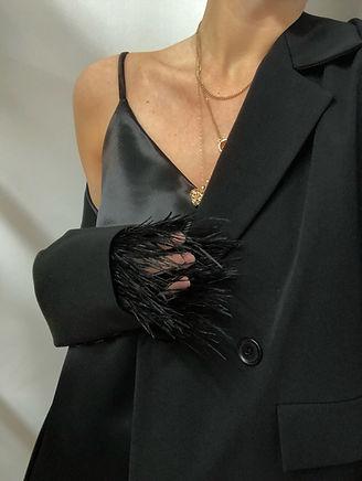 KAPSULĖ | Juodos spalvos švarkas su nuimamomis plunksnomis + Slip dress suknelė