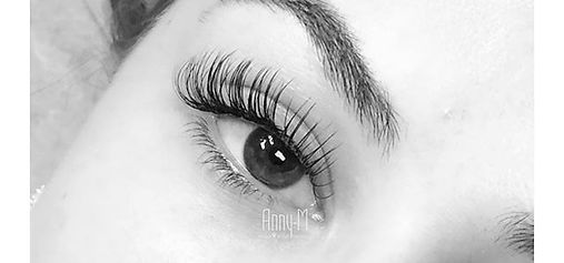Hybrid lashes, a soft mix of volume fans