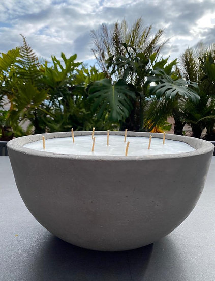 Vela sin aroma en recipiente de concreto