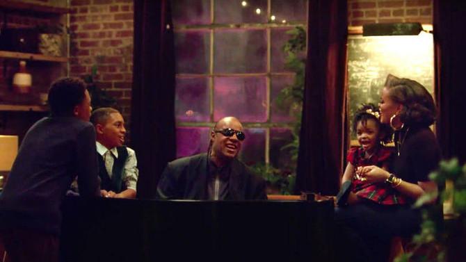 Stevie Wonder estrela campanha de Natal da Apple