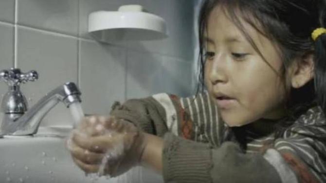 Colgate aborda desperdício de água em comercial
