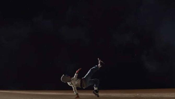 Artista desafia a gravidade em novo filme da Ballantine's