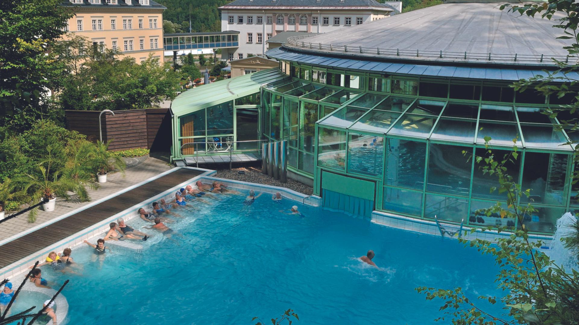 Thermalbad Außenbecken Landhausblick kle