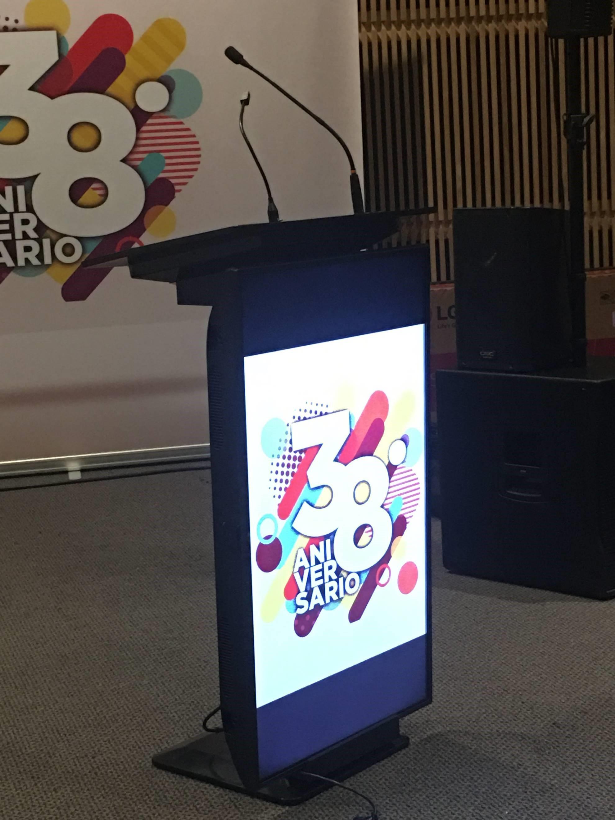 Podium interactivo con pantalla