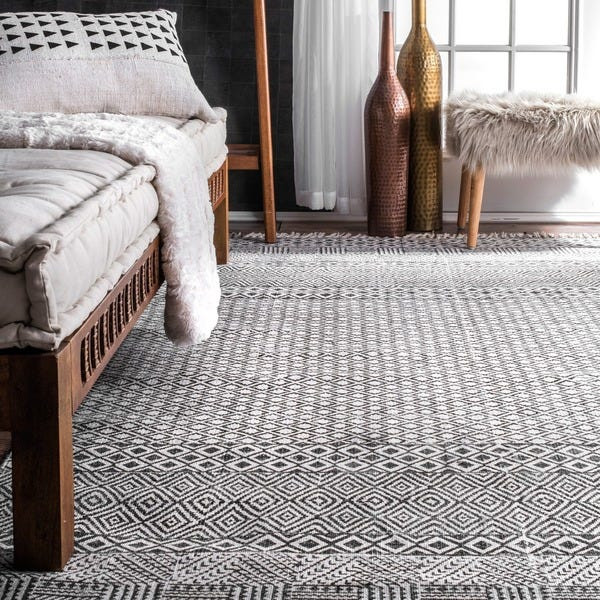 Fringed Flat-weave rug in the bedroom