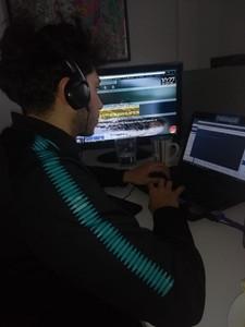 Luis Núñez en su puesto de trabajo en WIROOS
