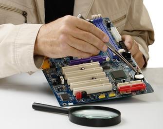 טכנאי בודק ומתקן מחשב