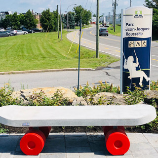Banc de parc en forme de skateboard