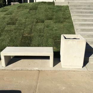 Banc de parc et poubelle