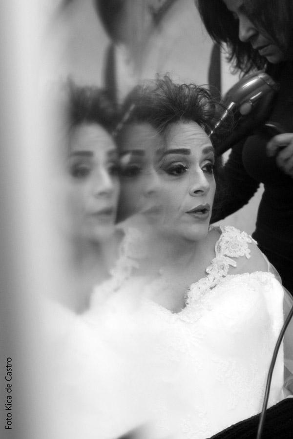 Adriana Buzelin sendo penteada por Edina Padua.