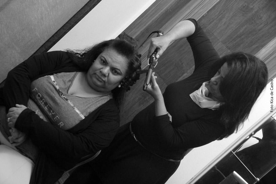 Jaqueline Marques sendo penteada por Edina Padua.