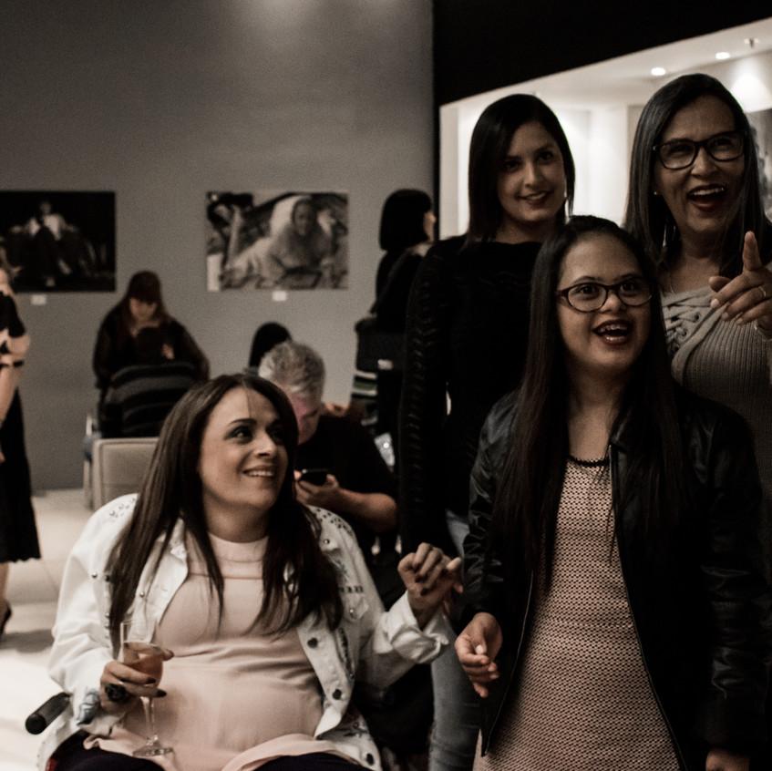 Adriana Buzelin e a família de Gabriela Araújo no lançamento da Exposição Retratos Inclusivos no DiamondMall.