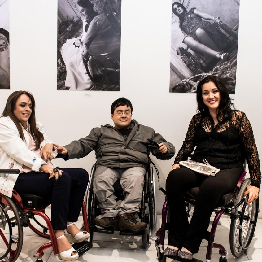 Adriana Buzelin, Lucas Lobato e Thaíse Maki no Lançamento da exposição Retratos Inclusivos.