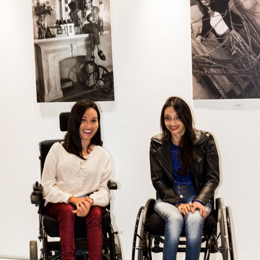 Meire Ellen e a selecionada Andriele Rocha no Lançamento da exposição Retratos Inclusivos.