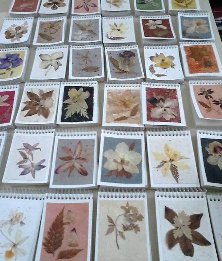 Bloco de anotações decorados com folhas secas.