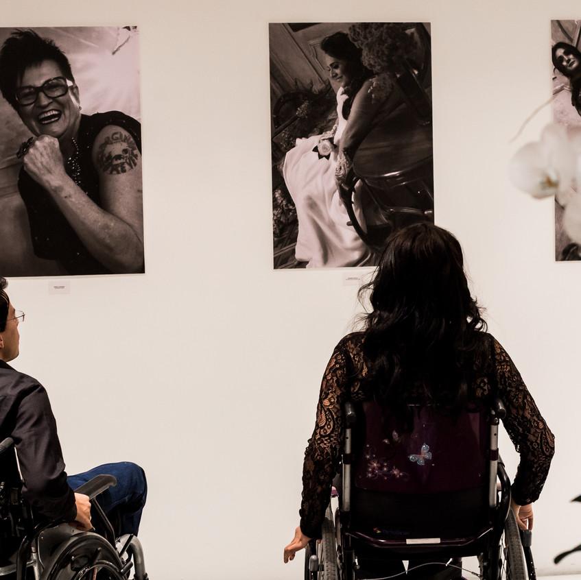 Lançamento da Exposição Retratos Inclusivos no DiamondMall - Thiago Helton e Thaíse Maki.