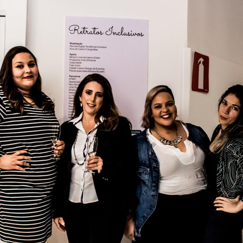 Nicole Samira, Michelle Malab, Brenda Avelar e amiga no lançamento da Exposição Retratos Inclusivos no DiamondMall.