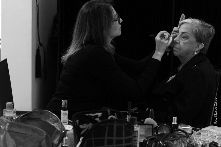 Fernanda Comelli maquiando Iole Marques.