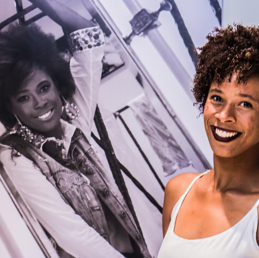 A selecionada Tatiana Reis no Lançamento da exposição Retratos Inclusivos.