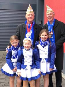 Jürgen Haubrich und Kurt Thonet mit Mädchen der Kindergarde in Ehrang.